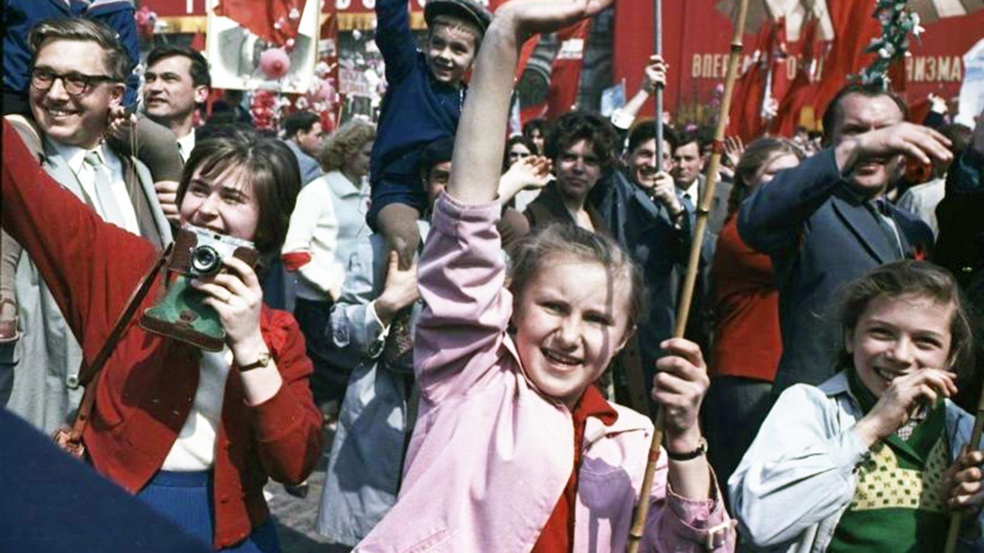 Jeunes avec banderoles et portraits de Vladimir Lénine, 1960