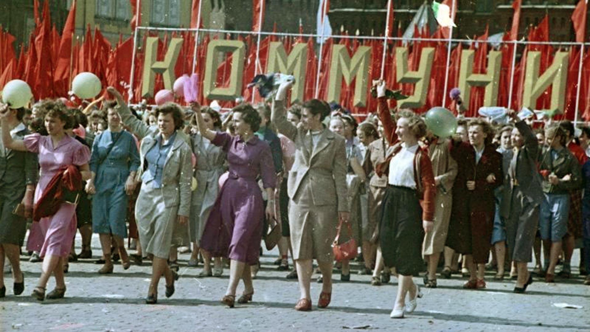 Jeunes filles soviétiques dans les rangs des manifestants, 1950