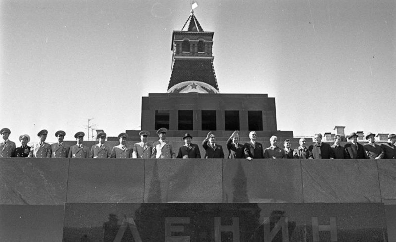 Dirigeants et chefs militaires soviétiques saluant les manifestants du haut du mausolée de Lénine sur la place Rouge, 1975