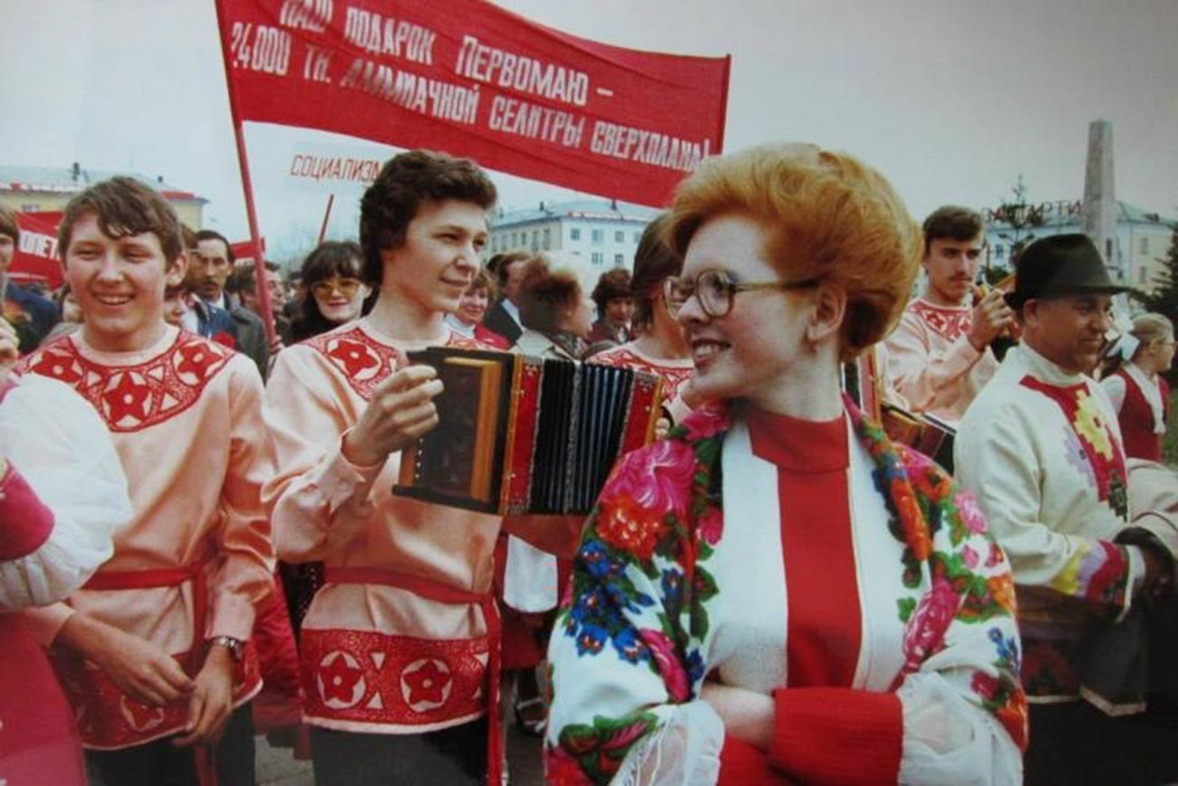 Des gens en costumes nationaux célèbrent la fête du Travail dans la ville de Togliatti, 1981