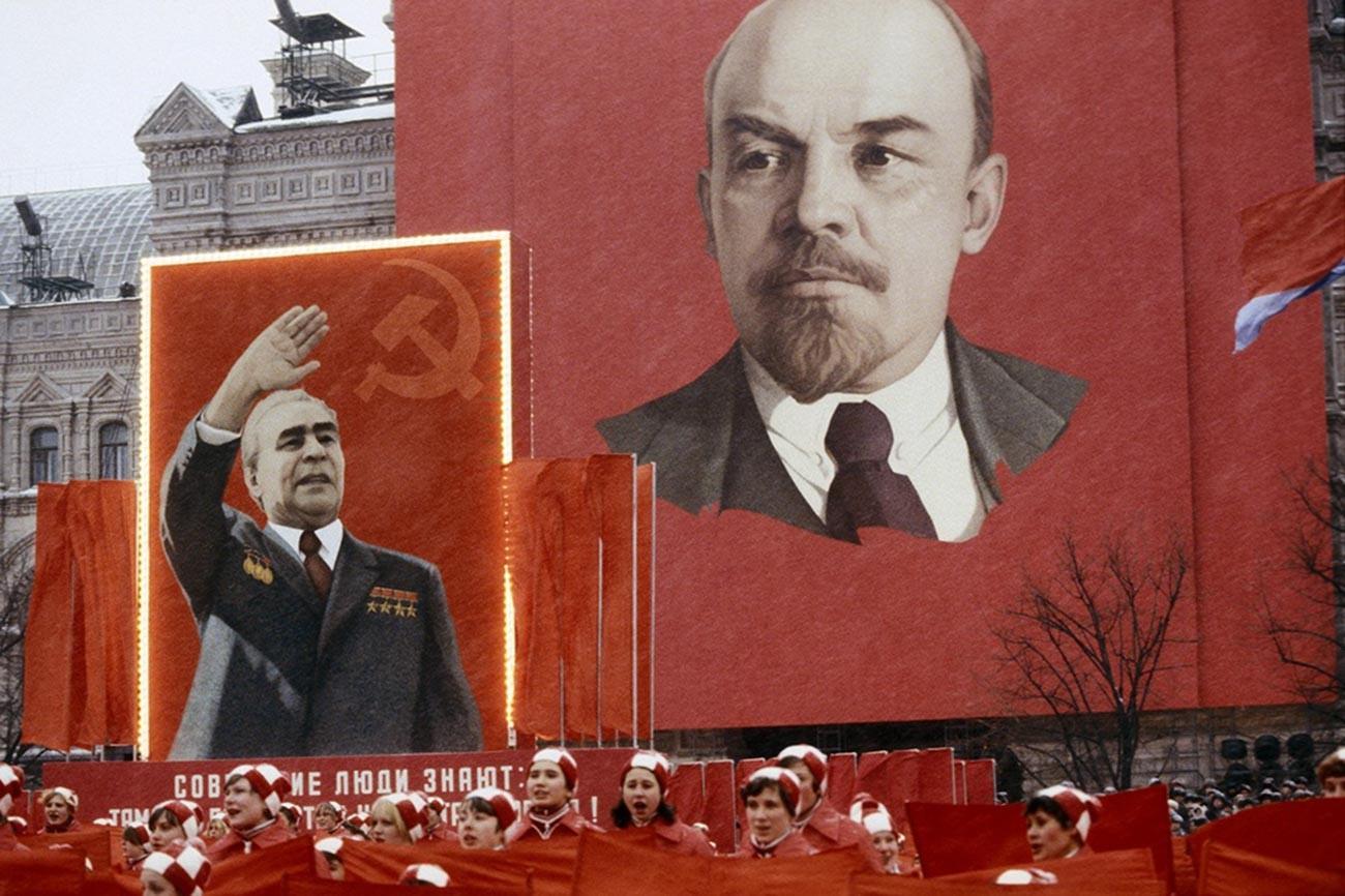 Des participants au défilé du 1er mai sur la place Rouge avec les portraits de Leonid Brejnev et Vladimir Lénine, 1981