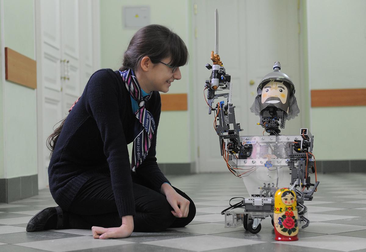 Une écolière de Saint-Pétersbourg étudiant la robotique