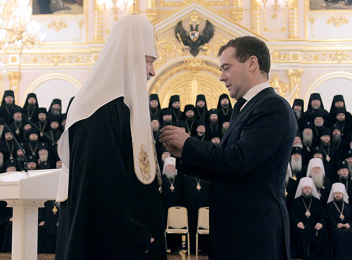 Le président russe Dmitri Medvedev remet l'ordre d'Alexandre Nevski au patriarche Cyrille de Moscou et de toutes les Russies