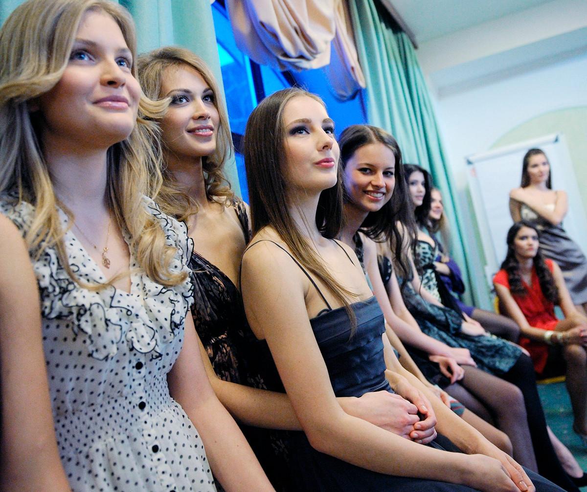 Jeunes femmes participant au concours de beauté Miss Russie 2011