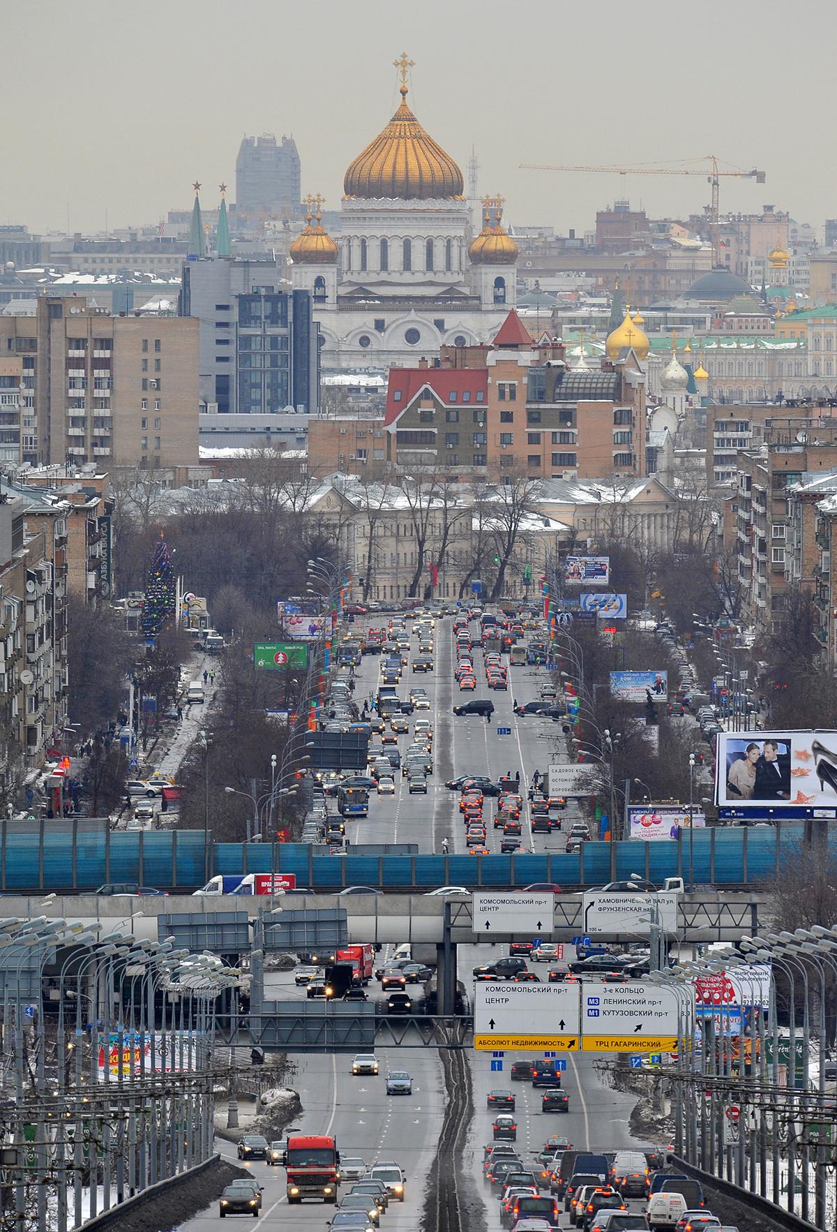 La circulation dans Moscou. La cathédrale du Christ-Sauveur est visible en arrière-plan