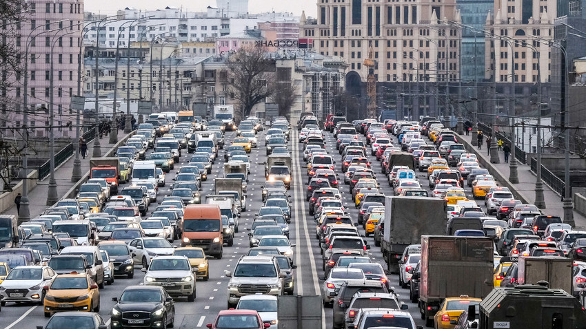 Autos bewegen sich langsam im Stau entlang einer Brücke im Zentrum Moskaus (6. März 2020).