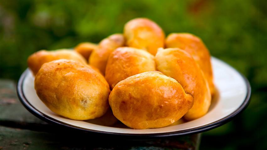Genießen Sie den Geschmack der berühmten Orsk-Torten aus einem einfachen Teig, aber mit Innereien für die Füllung.