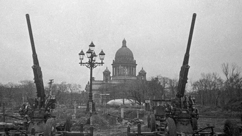 Противавионска одбрана Лењинграда. У позадини Исакијевски храм.
