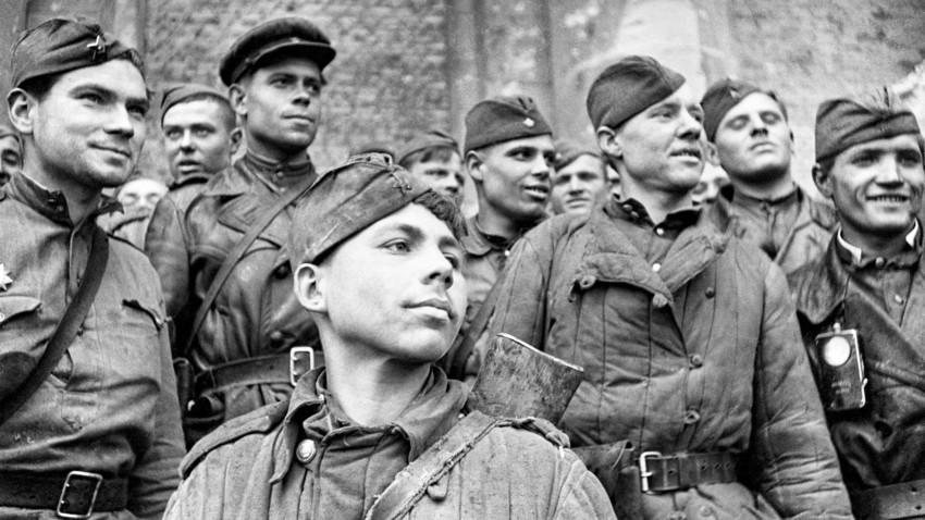 Борците кои го нападнаа Рајхстагот. Извидувачкиот вод на 674 стрелачки полк на 159 стрелачка Идрицка дивизија. Во прв план е војникот Григориј Булатов.