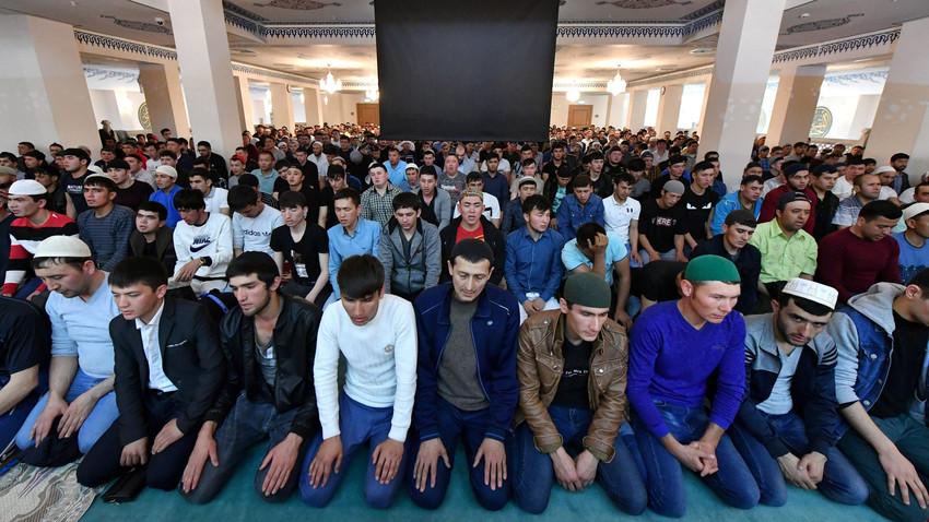 Jemaah melaksanakan ibadah salat Id di Masjid Agung Moskow pada Idul Fitri 2019.