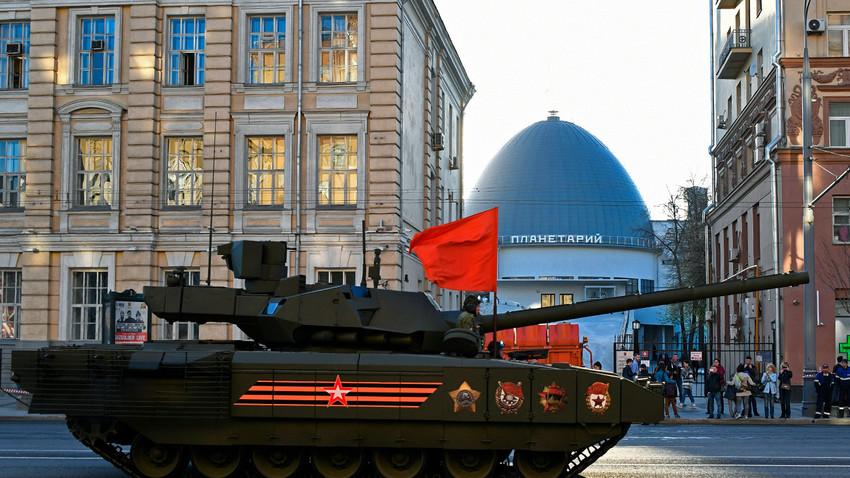 """Танкът Т-14 """"Армата"""" по време на репетиция на военния парад, посветен на 72-та годишнина от Победата във Великата Отечествена война, в Москва."""