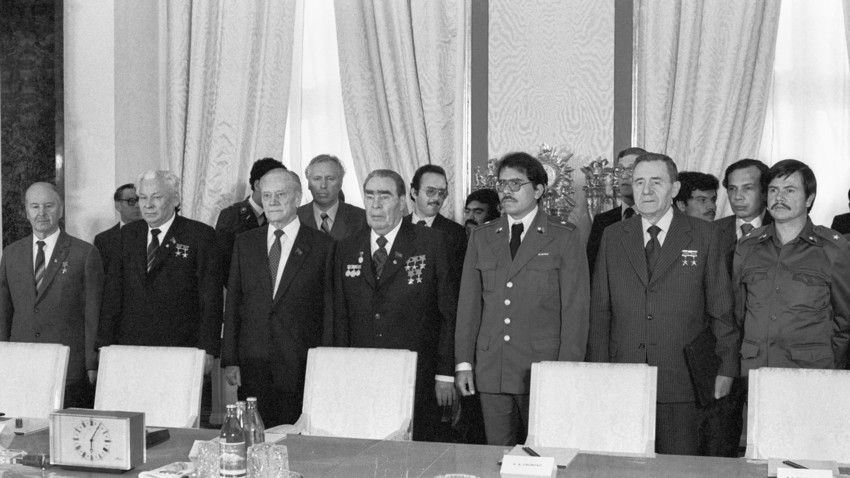 El secretario general del PCUS Leonid Brézhnev y el líder nicaragüense Daniel Ortega (en el centro) antes de las negociaciones en Moscú.