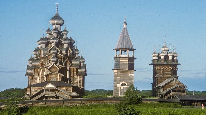 Isla de Kizhí, conjunto de iglesias (pogost). Vista oeste desde el lago Onega. Desde la izquierda: Iglesia de la Transfiguración, campanario, Iglesia de la Intercesión. 13 de julio de 1993