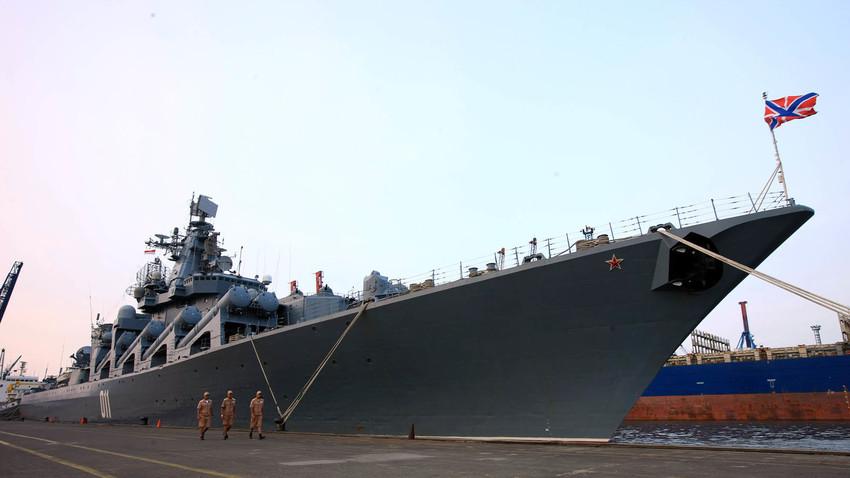 Kapal jelajah 'Varyag' milik Armada Pasifik Rusia bersandar di Tanjung Priok, Jakarta, 2017.