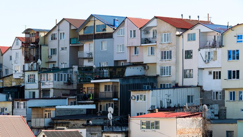 """Район """"жилых гаражей"""" на улице Голубые Дали в Адлерском районе города Сочи."""