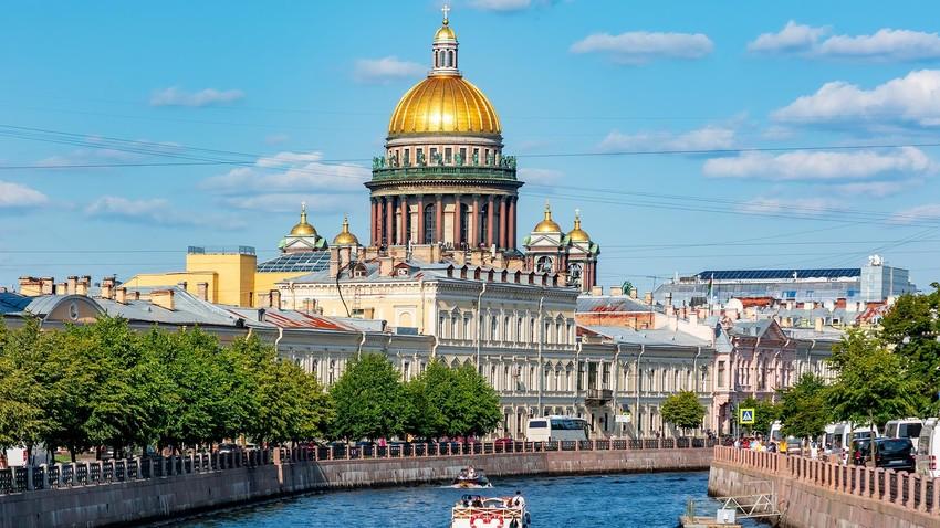Kuppel der Isaakskathedrale und Mojka-Fluss, Sankt Petersburg, Russland.