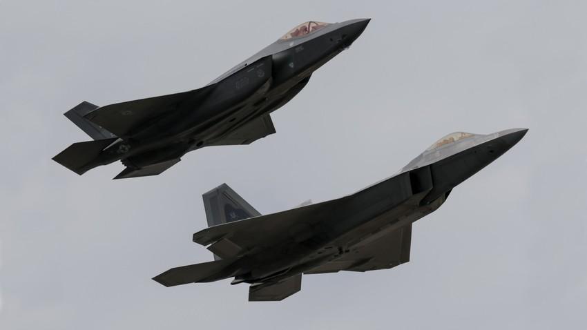 Борбени авиони F-35 Lightning II и F-22 Raptor Ратног ваздухопловства САД за време показног лета на Краљевској међународној ваздухопловној изложби у Фаирфорду, Велика Британија.