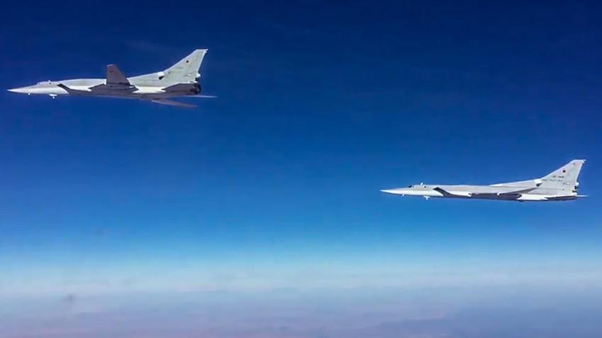 Ilustrasi: Dua bomber jarak jauh Tu-22M3 Rusia terbang di wilayah udara Suriah.