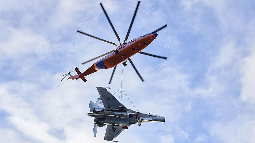 Helikopter Mi-36 mengangkut pesawat tempur Su-27.