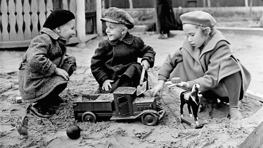 Anak-anak bermain di pasir.