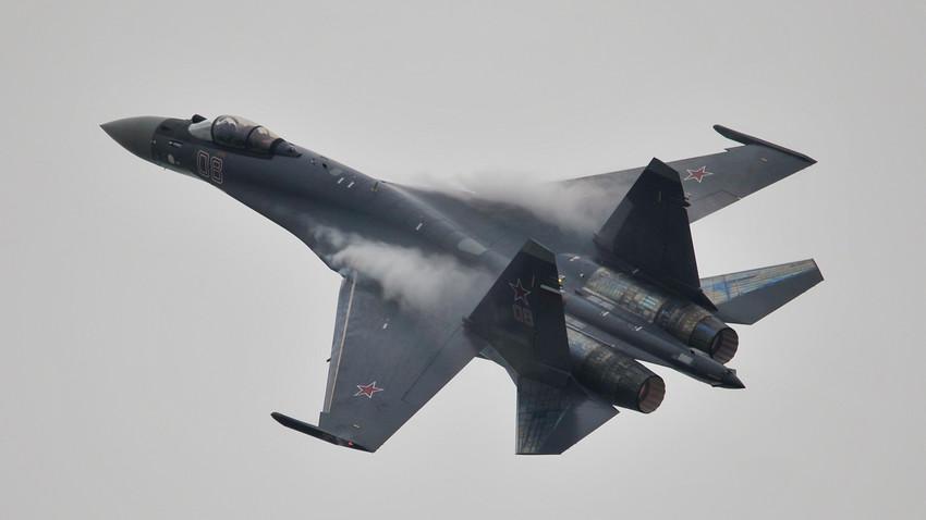 Un caza Su-35 realiza un vuelo de prueba antes del comienzo de la Exposición Internacional de Aviación y Aeroespacial de China en 2014.
