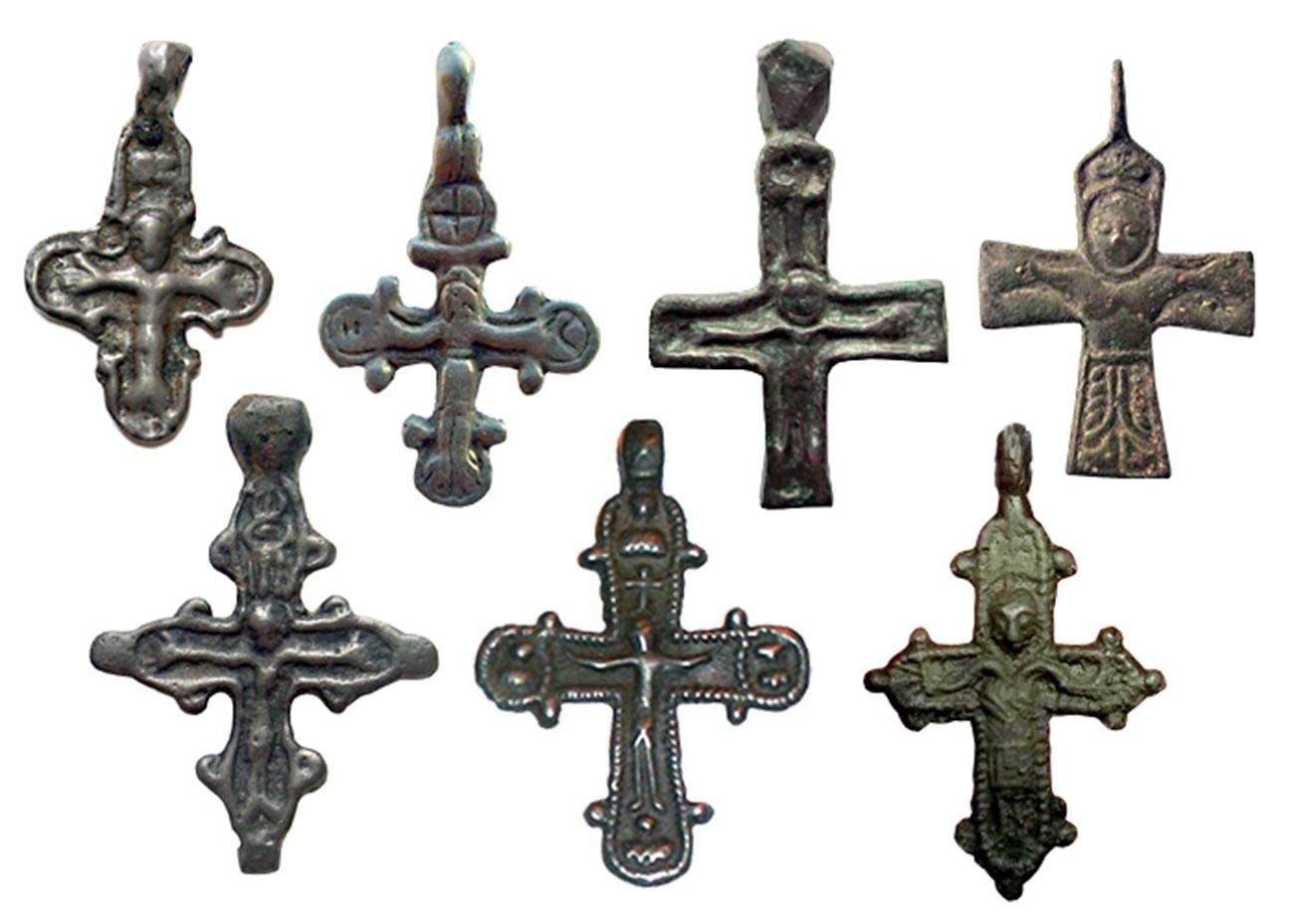 Cruzes russas antigas representando a crucificação, séculos 11-13.