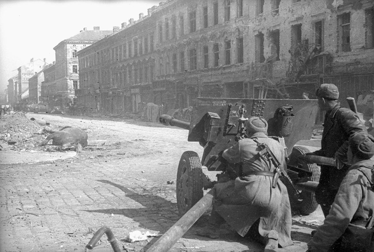 Mitrailleurs soviétiques à Budapest