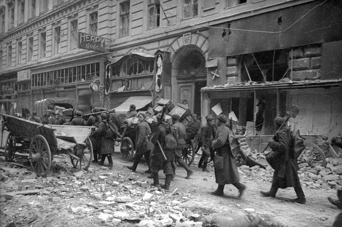 Des troupes soviétiques entrent dans la ville libérée