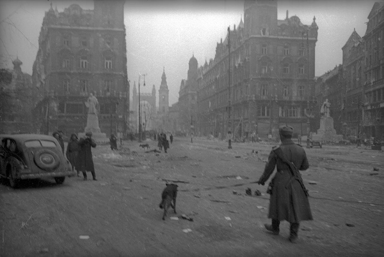 Des démineurs soviétiques travaillent dans les rues