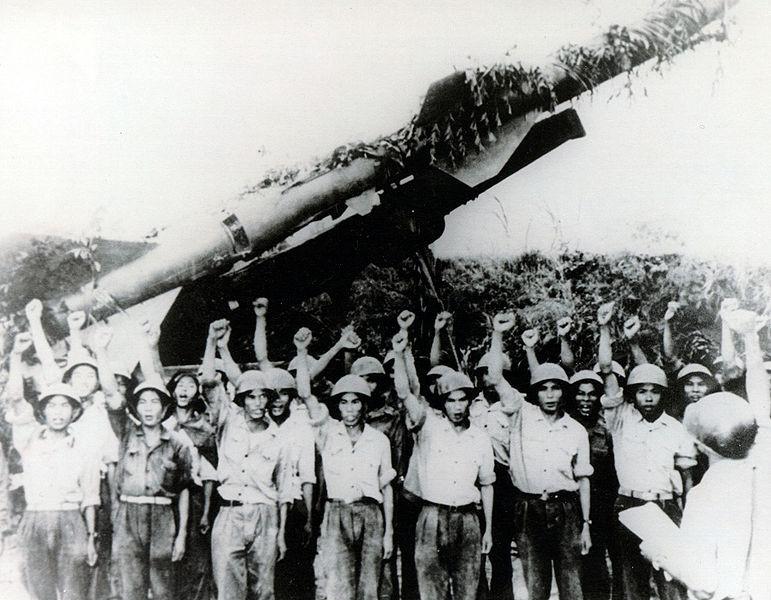 Operadores norvietnamitas s delante de un lanzador S-75.