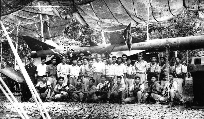 Foto tomada en la primavera de 1965 en un centro de formación antiaérea en Vietnam. Profesores y estudiantes.