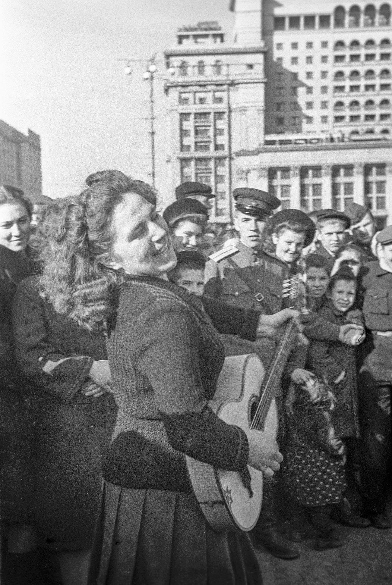 Жители Москвы на Манежной площади во время празднования победы Советского Союза над Германией в Великой Отечественной войне.