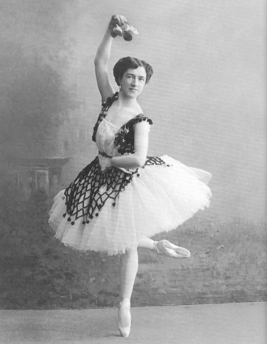 エスメラルダ役を演じるアグリッピナ・ワガノワ、1910年