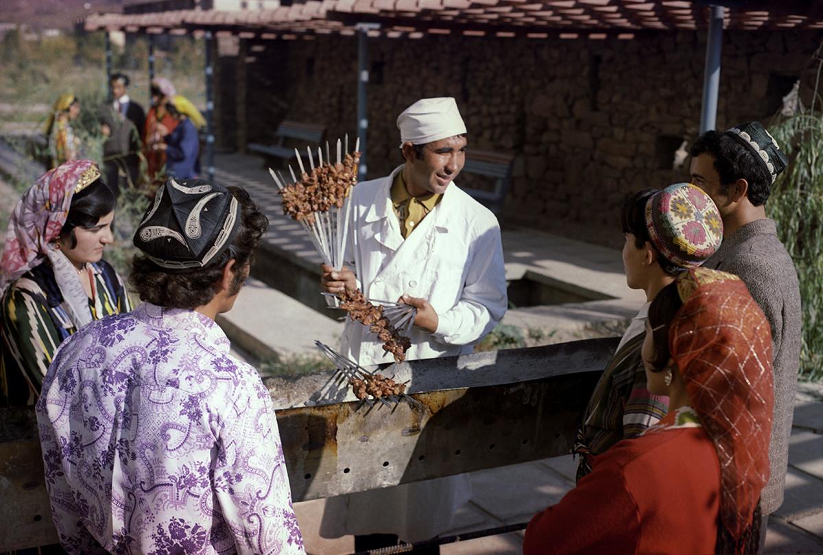Tadjiquistão soviético. Vendedor de chachlik na cidade de Nurek, 1973