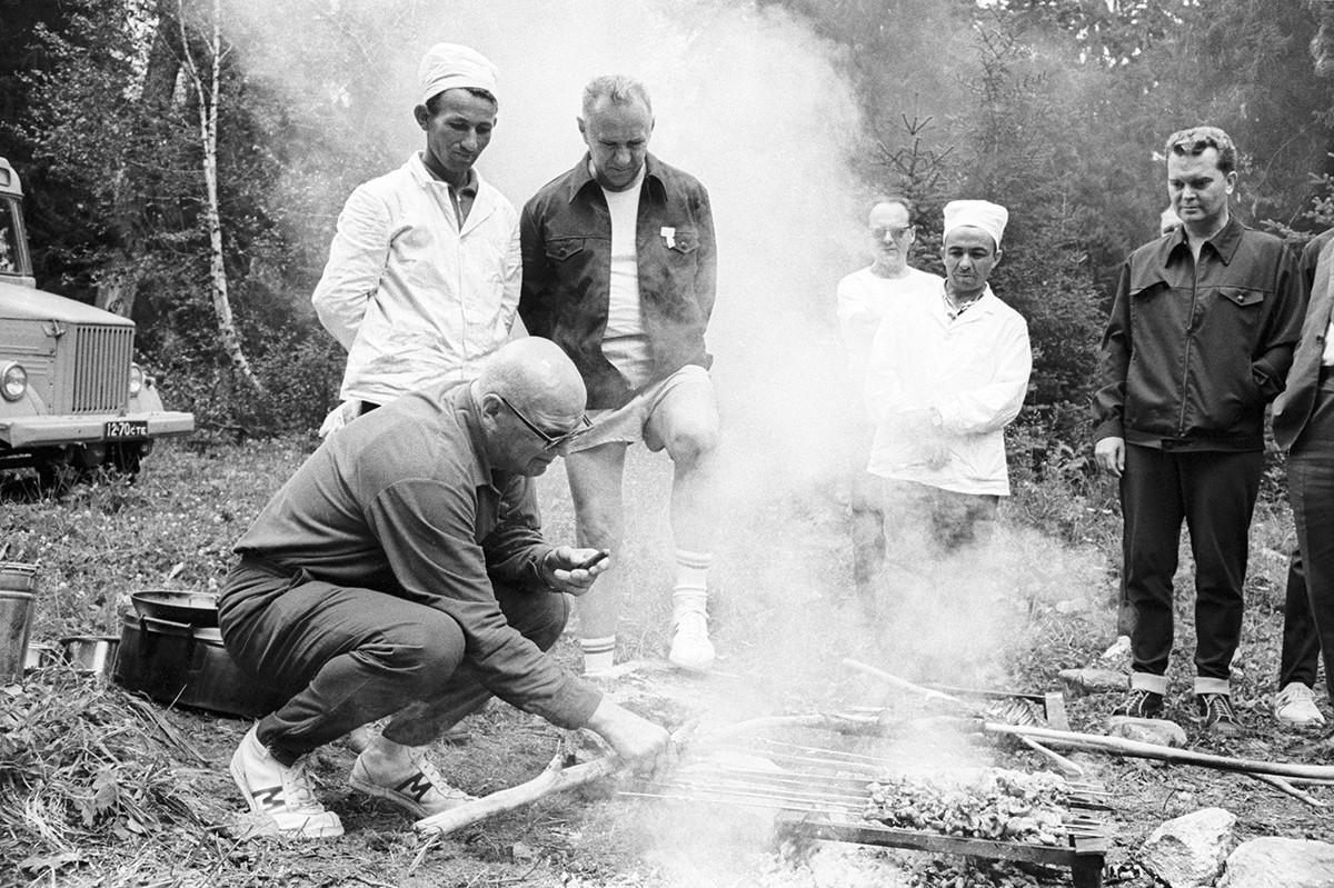 Cáucaso do Norte. Presidente do Conselho de Ministros da URSS Aleksei Kosiguin e presidente da Finlândia Urho Kekkonen grelhando carne, 1969
