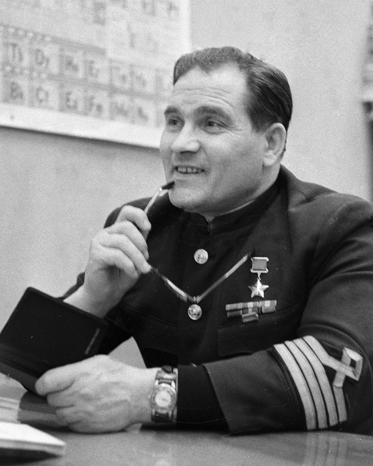 Held der Sowjetunion, Pilot Michail Dewjatajew.