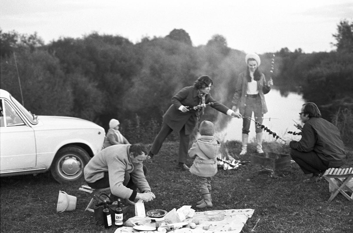Klaipeda, RSS de Lituania. El arquitecto Petras Lape con su familia en un picnic, 1972