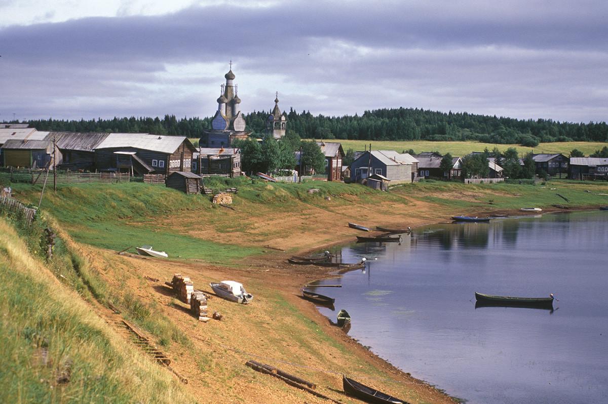 Panorama du village de Kimja avec la rivière Kimja. Vue vers l'église de l'Icône de la Vierge Hodegetria