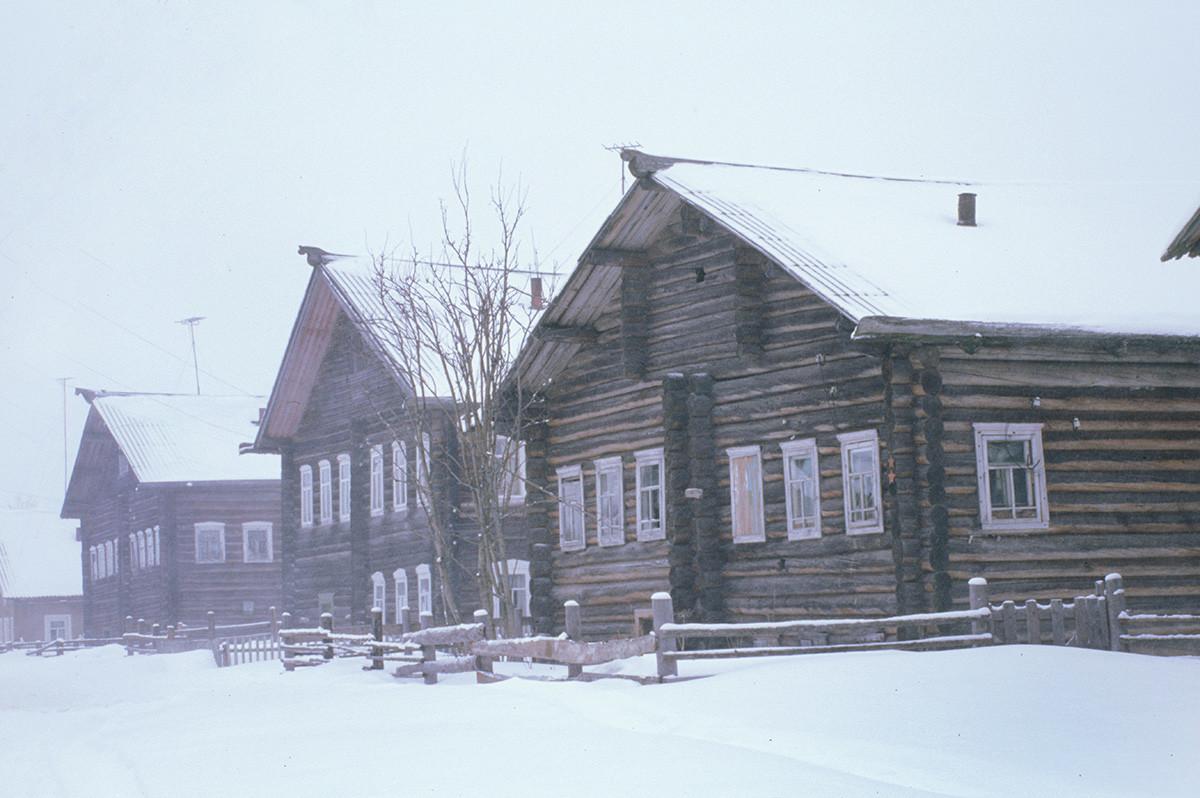 Kimja. Maisons en rondins dans une tempête de neige
