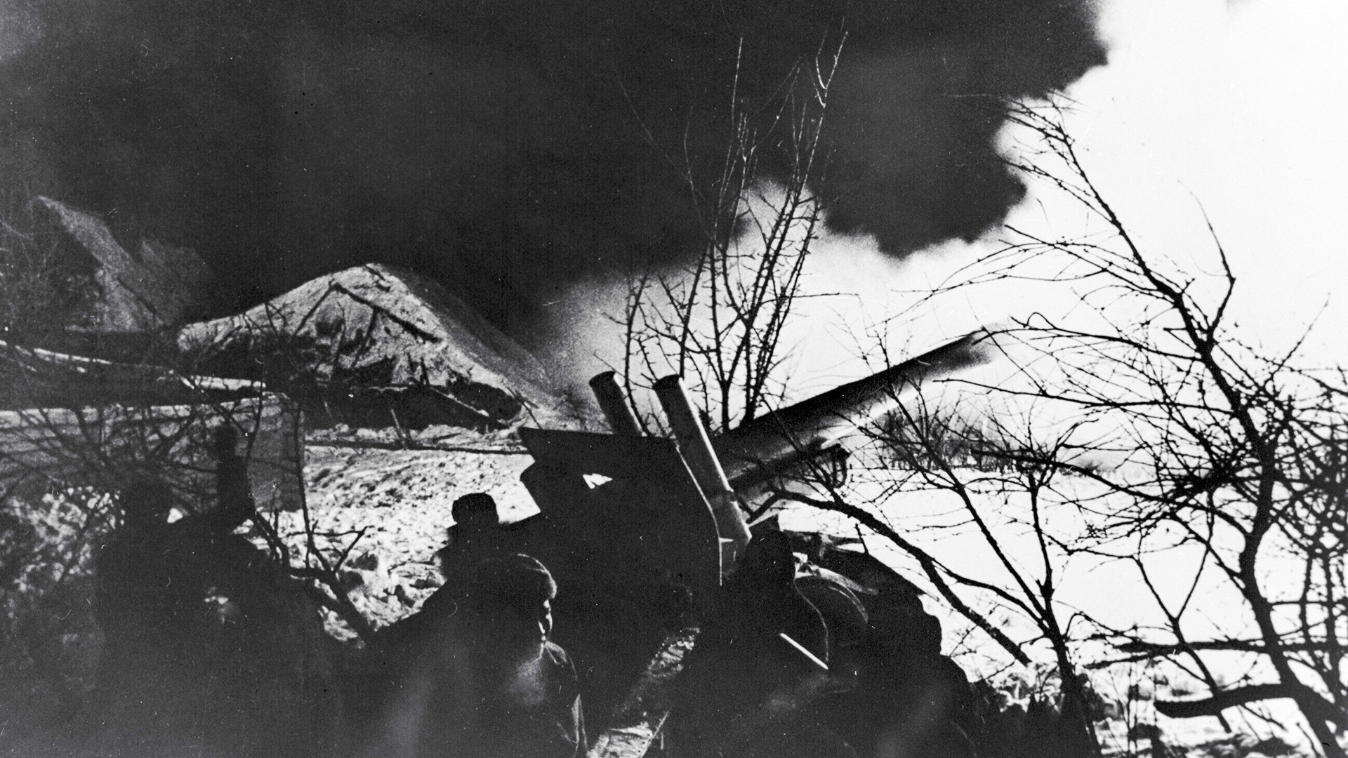 Советские артиллерийские орудия на огневой позиции на подступах к Москве.