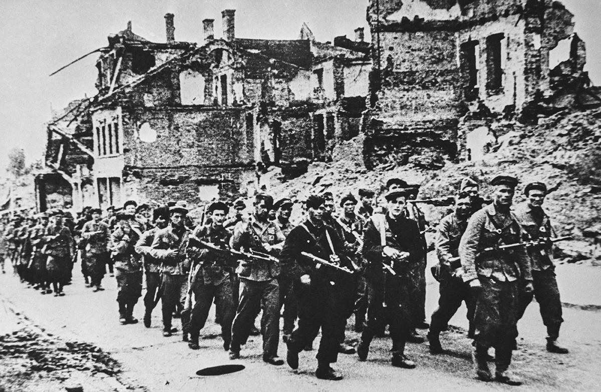 Партизаны вступают в освобожденный Минск в июле 1944 года.