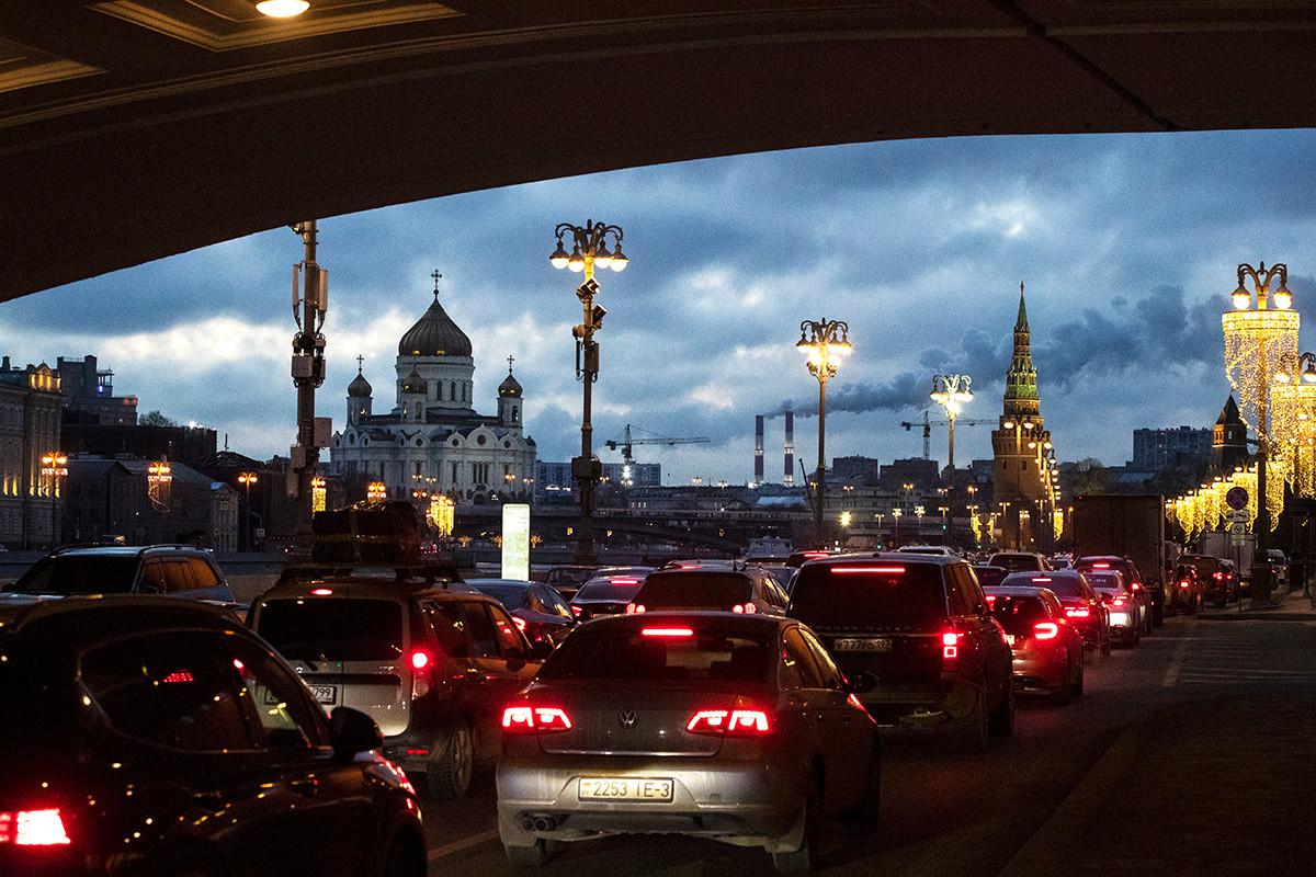 Autos stecken in einem Stau am Ufer der Moskwa außerhalb des Kremls. Im Hintergrund befindet sich die Christ-Erlöser-Kathedrale in Moskau.