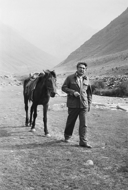 Chingiz Ajtmatov vicino al suo villaggio nativo, Sheker, in Kirghizistan, 1982
