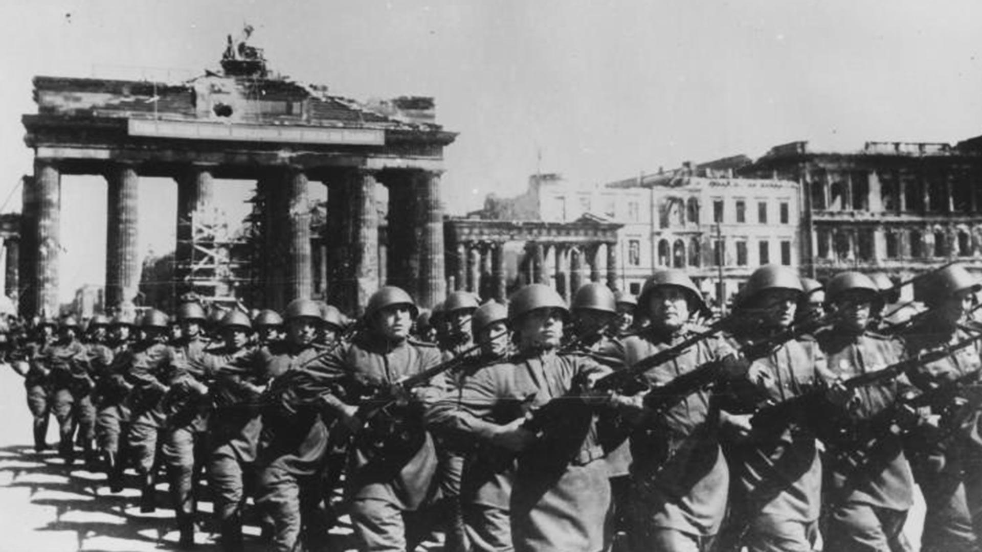 Sowjetische Truppen während der Siegesparade der Alliierten in Berlin.