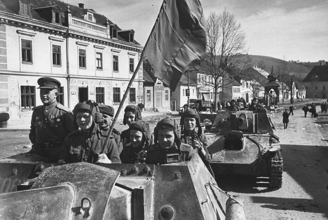 Des chars soviétiques dans la banlieue de Vienne