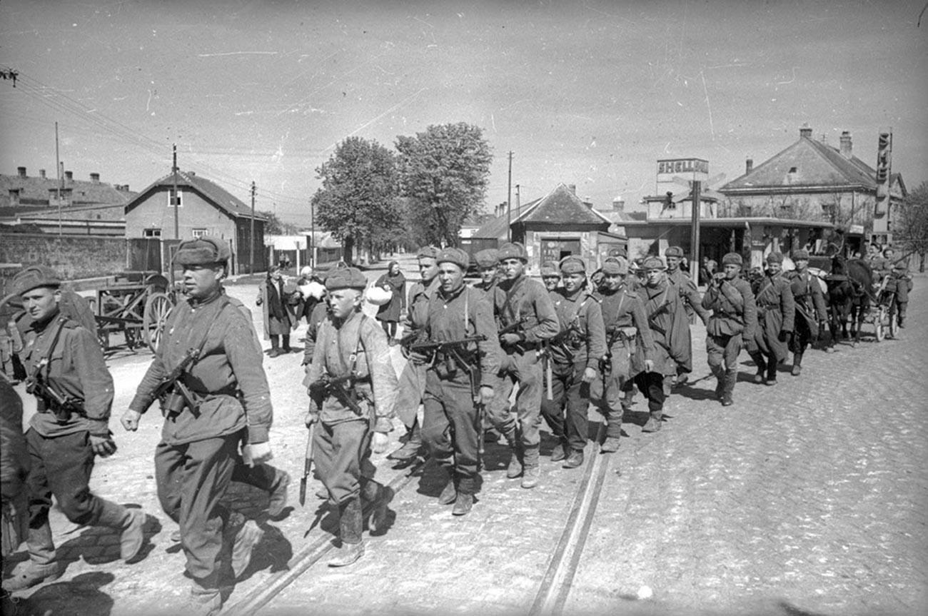 Soldats soviétiques en marche vers la capitale de l'Autriche