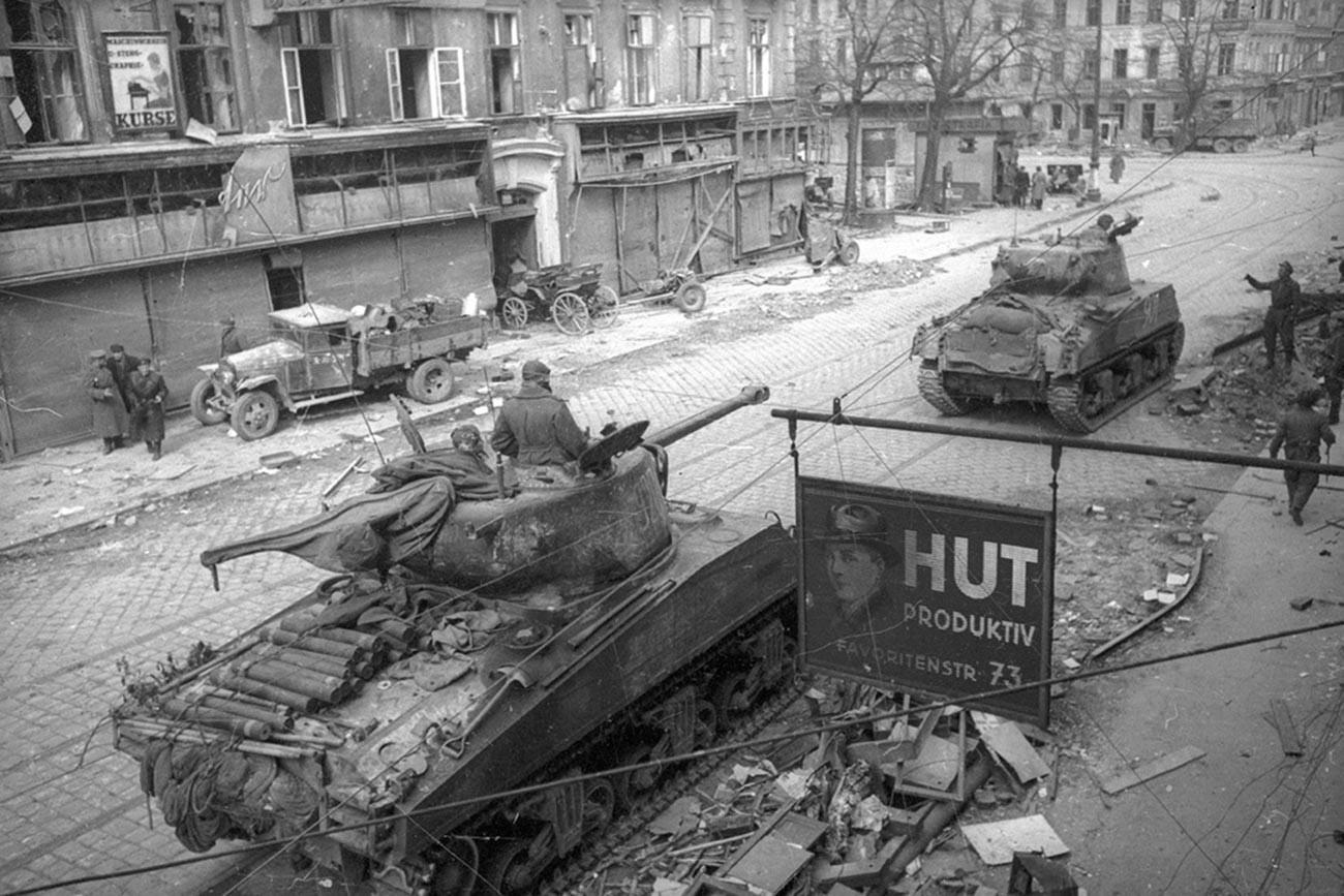 Des chars soviétiques entrant dans la ville