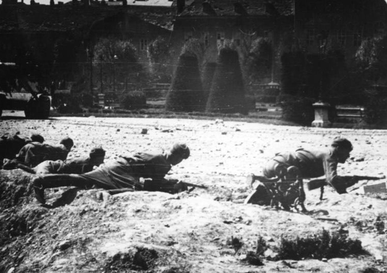 Soldats soviétiques engagés dans des combats de rue à Vienne