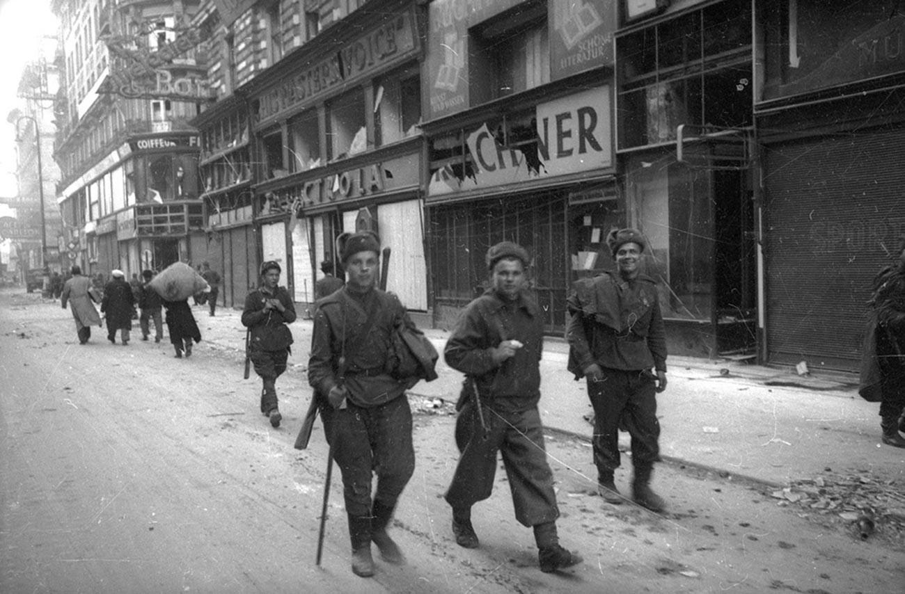 Des soldats de l'Armée rouge se promenant dans la Vienne libérée