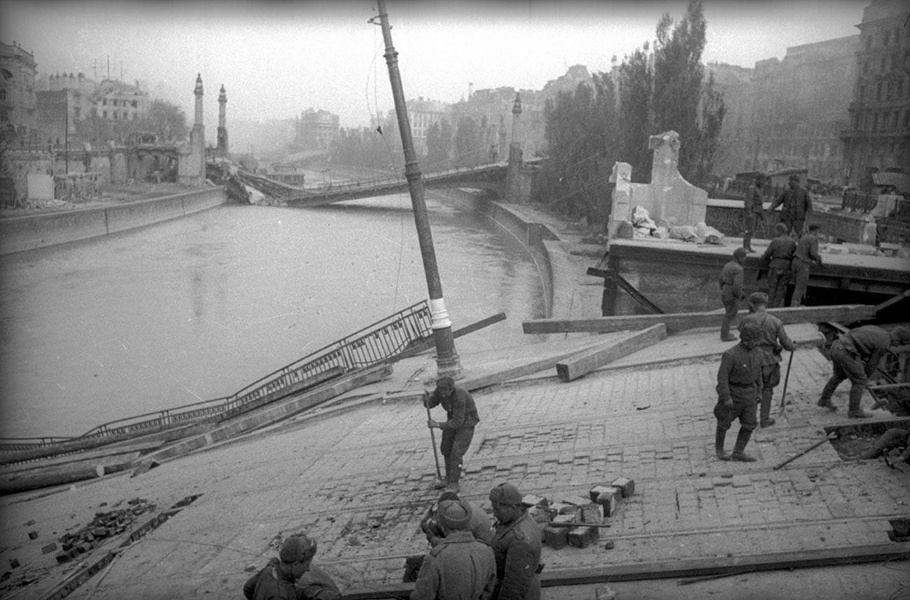 Réparation des ponts détruits sur la rivière Vienne